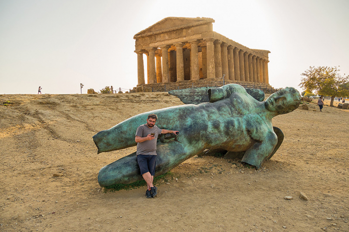 Antické památky v Agrigentu patří mezi ty nejlépe zachované. Socha je samozřejmě současná.