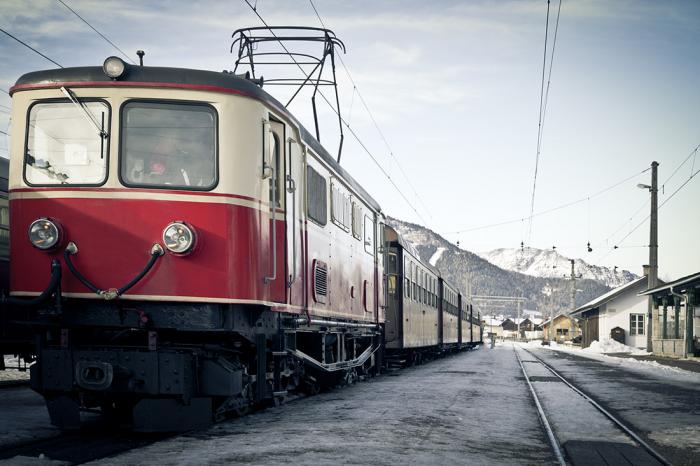 """Dlouhé cesty po železnici nejsou zajímavé pouze neustálými proměnami krajiny a civilizace, ale také tvarů a barev kolejových vozidel. Například tenhle """"nostalgický vlak"""" jezdí v Rakousku."""