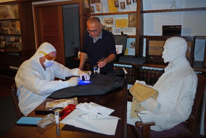Genetik Daniel Vaněk (vlevo) zkoumá biologické stopy z nepraného oblečení TGM. Uprostřed režisér David Vondráček.