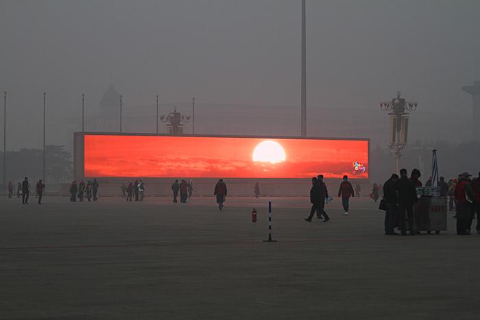 Pekingské umělé slunce bojuje proti pekingskému umělému smogu.