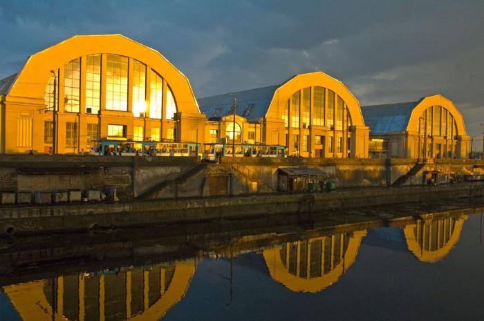 Někdejší hangáry na stavbu a opravy vzducholodí se přeměnily na největší tržnici v Evropě, která je zároveň světovým dědictvím UNESCO