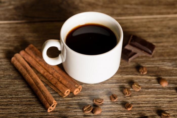 Kávu můžete ochutit i luskem vanilky, hvězdičkou badyánu nebo čokoládou