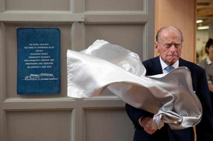 Pondělí 8. června 2015: princ Philip odhaluje plaketu na závěr své návštěvy Adult Community College v Richmondu v jihozápadním Londýně.