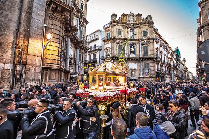 Siciliáni jsou silně katolicky zaměření – náboženské slavnosti se proto konají velmi často. A Velikonce tu budou velkolepé.