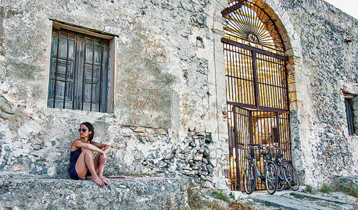 Scéna z uliček Palerma. Půvab zdejších žen se vysvětluje prolínáním genů různých národů, které se usídlily na Sicílii.