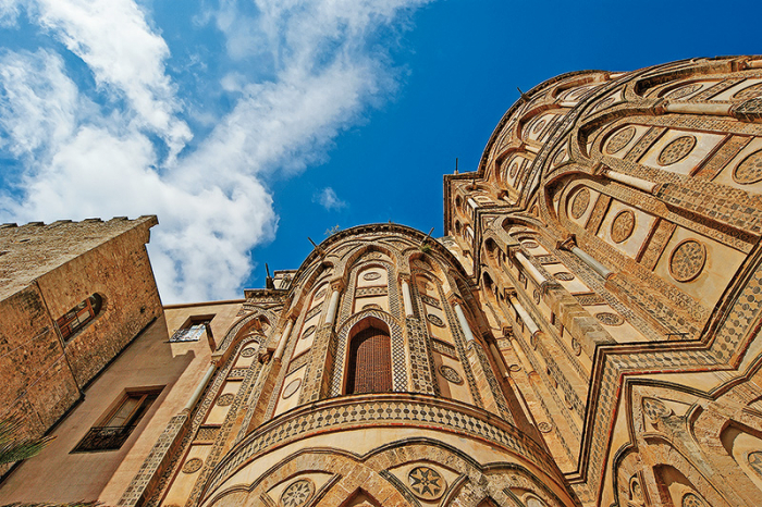 Neuvěřitelná vnější výzdoba románské baziliky v Monreale čnící vysoko nad Palermem.