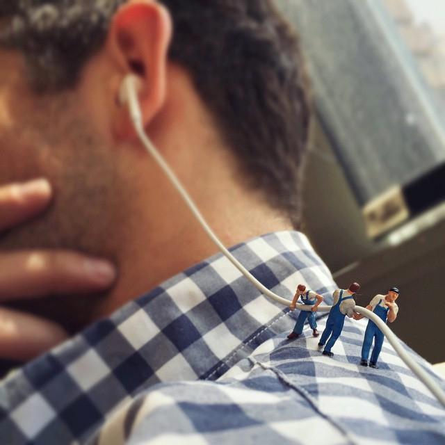 Je zhola nemožné získat pozornost kolegy (často nejen tehdy), když má sluchátka