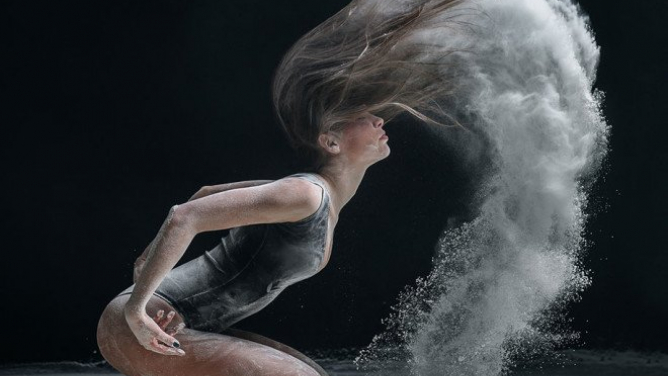 Neskutečně krásné pohyby tanečnic vmoučném víru