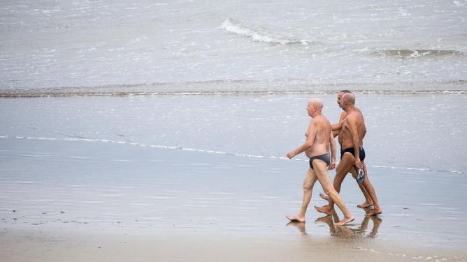 Francouzská letoviska zakazují lidem nad 60let vstup na pláž vplavkách!