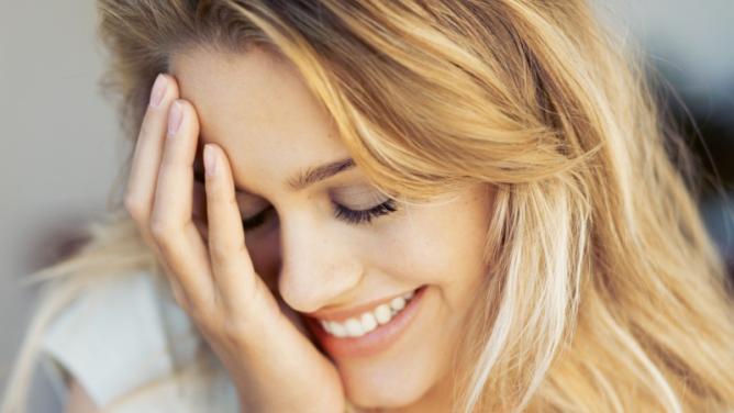 25věcí, které napadnou ženu, když se na ni usměje cizímuž