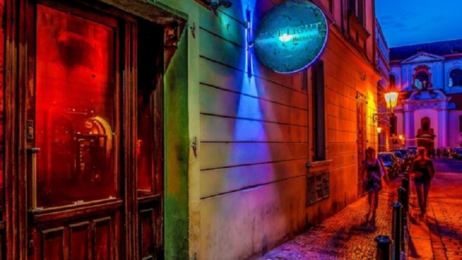 Skvělá zpráva: Legendární Blue Light Bar se nakonec nezavírá