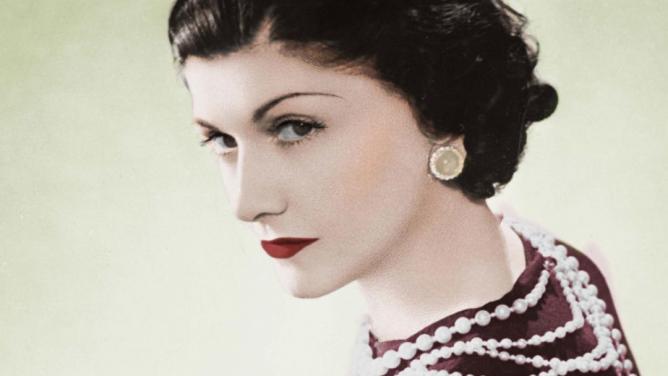Coco Chanel by oslavila 134let. Jak šel čas sjejí značkou, která se zapsala do historiemódy?