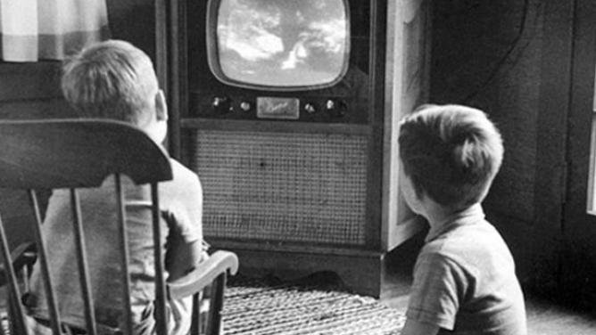 Jdeme koukat na telku? 10retro fotografií zachycujících děti před kouzelnou obrazovkou