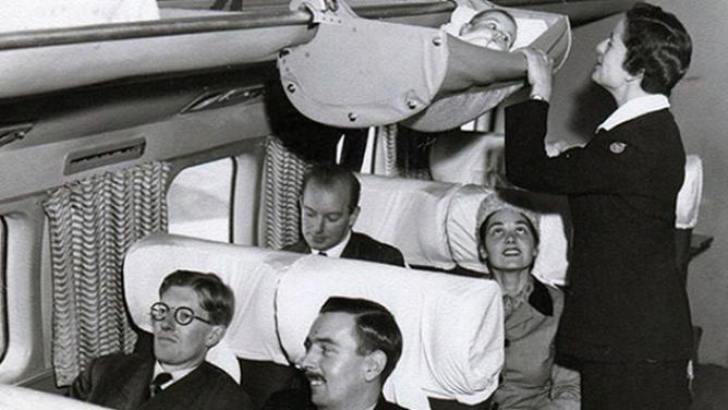 Jak cestovala miminka letadlem vpadesátých letech? Zavěšená nad hlavami cestujících!