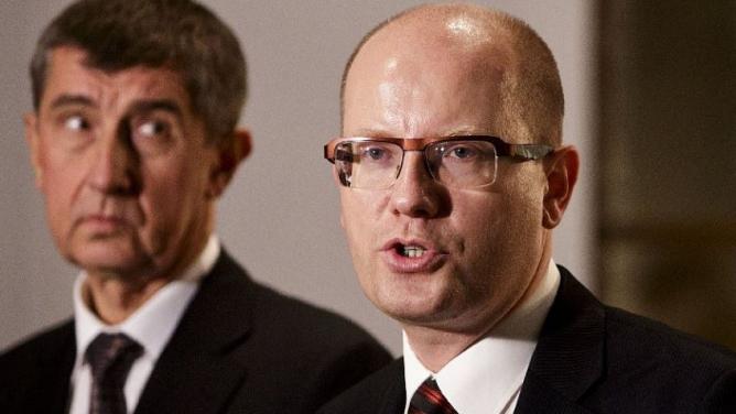 Vrtěti Babišem: Sobotka se chce těsně před volbami prezentovat jako silný premiér, tím ale svému oponentovi jen nahrává