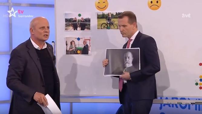 """""""Mě ty vaše obrázky nezajímaj!"""" Horáček ukradl Soukupovi tabuli iArénu, internet mutleská"""