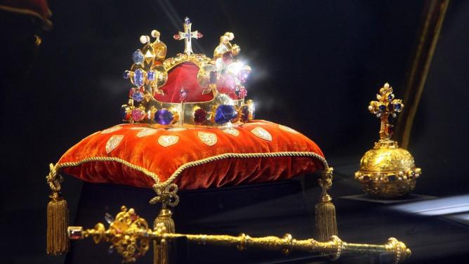 Korunovační klenoty jsou po letech kveřejnému vidění: proč se jít podívat na korunu strnem zKristovyhlavy?