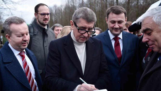 Premiér a ministr dopravy podepsali petici za zrychlení výstavby obchvatu. Tím je obchvat vyřešený