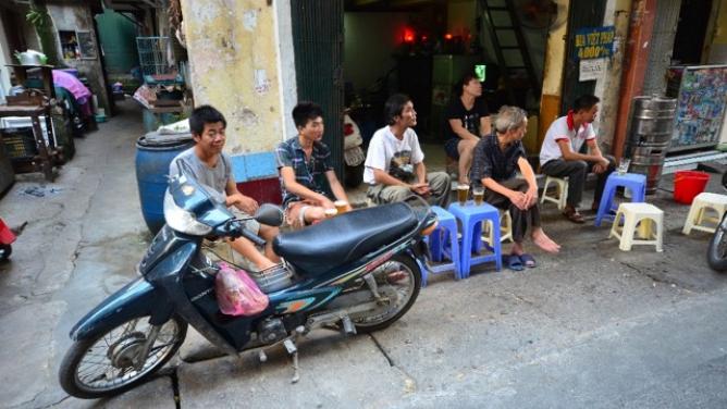 Náš člověk ve Vietnamu 1.Jak se chlastá vHanoji