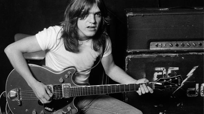 Spoluzakladatel a kytarista AC/DC Malcolm Young zemřel ve věku 64let