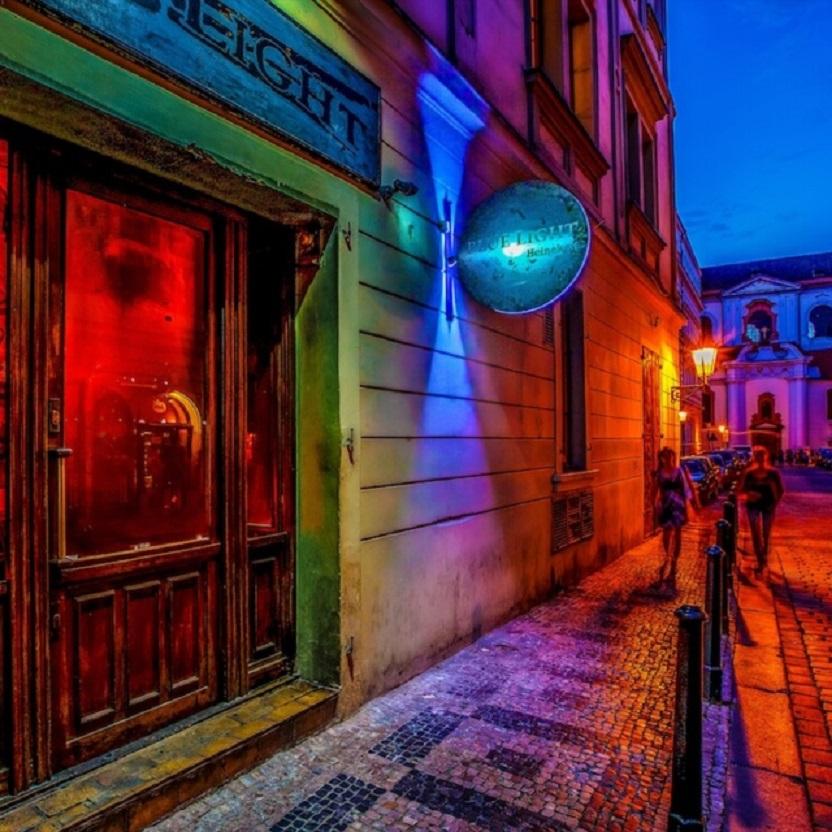 Blue Light Bar v Josefské ulici byl právem nejznámějším barem v Praze. Díky zákazu kouření ale musí po 22 letech skončit.