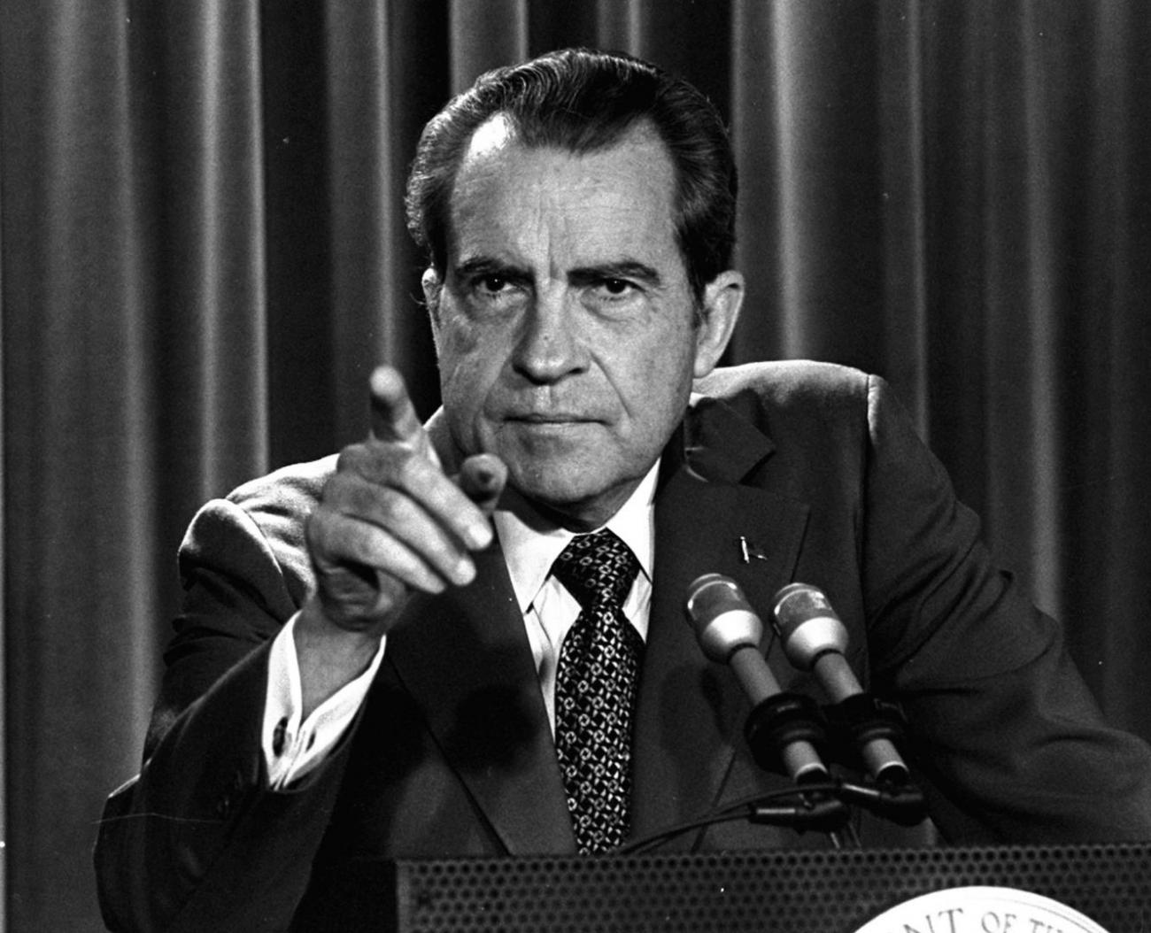 37. prezident USA RIchard Nixon je dodnes jediným americkým prezidentem, který na svou funkci dobrovolně rezignoval. Ačkoliv dobrovolně je možná silné slovo.