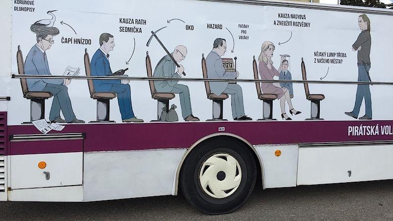 Česká pirátská strana pro kontaktní kampaň zvolila netradiční dopravní prostředek - vyřazený vězeňský autobus s podobiznami politiků.