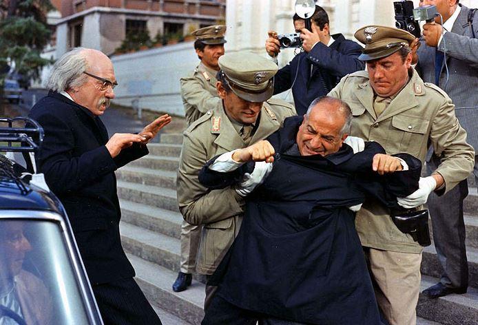 Fantomas se zlobí (1956). komisař Juve: Pronásledují mě, já se otočím a srazím dva lotry svou třetí rukou. psychiatr: Tak vy máte třetí ruku? komisař Juve: No samozřejmě, tu na břiše.