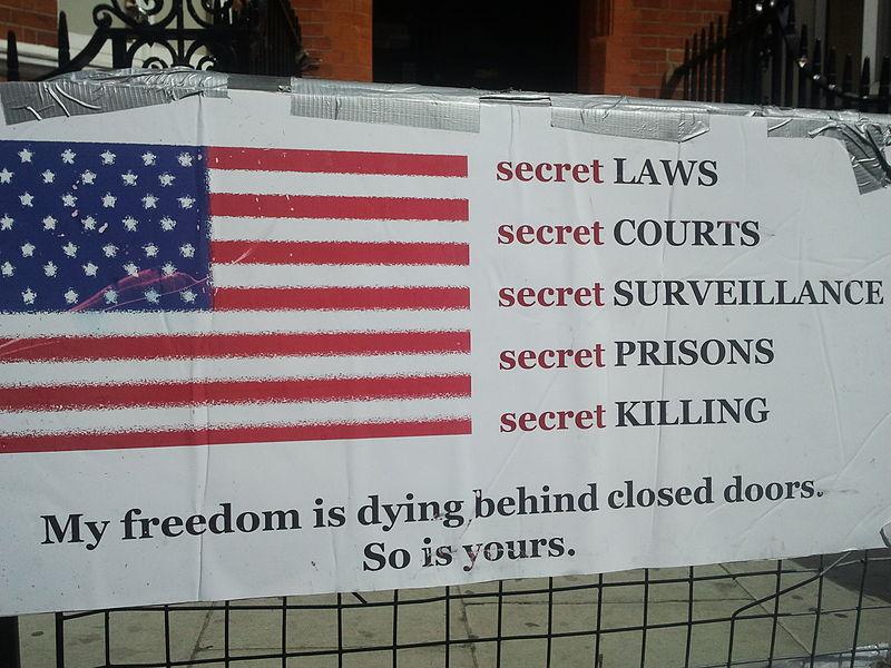 Plakát před ekvádorskou ambasádou v Londýně.
