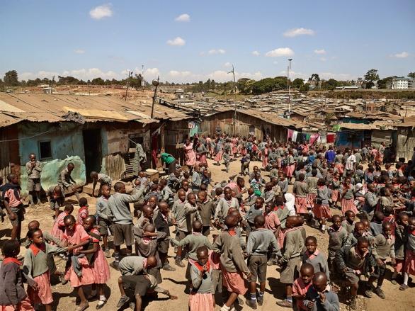 Tahle škola obsluhuje jeden z největších místních slumů (600 tisíc lidí na ploše tří čtverečních mil). Studenti dostávají jídlo zdarma, takže je tu poněkud těsno.