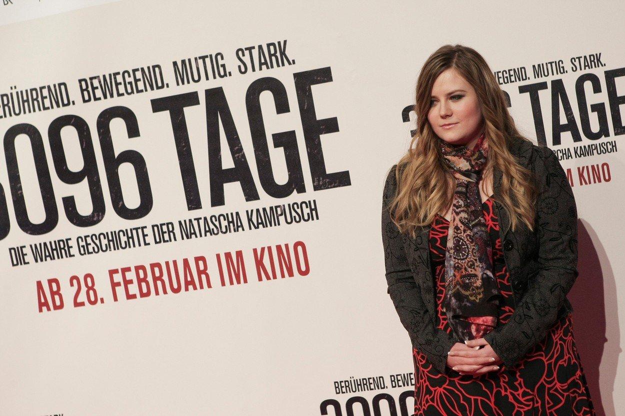 O svém životě žena napsala knihu, podle které vznikl film. Až na jeho premiéře v roce 2013 přiznala, že únosce ji sexuálně zneužíval.