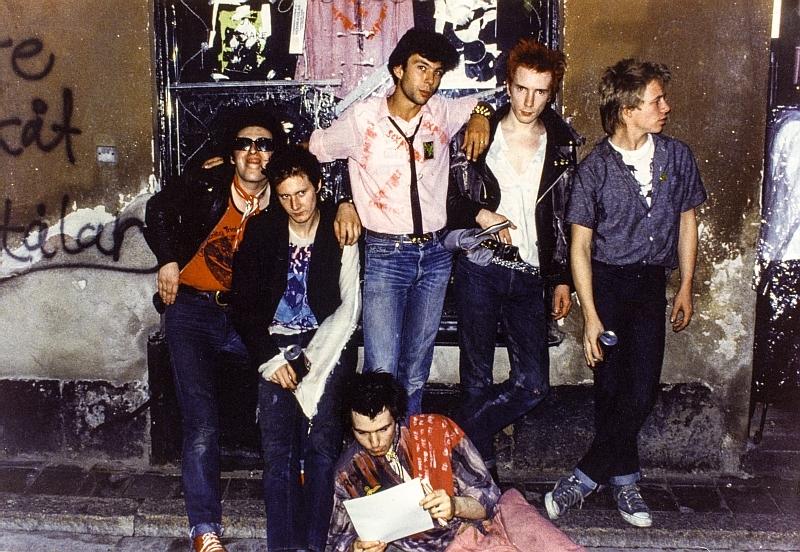 Kapela, která je dodnes symbolem punku, se dala dohromady v roce 1975 v Londýně.