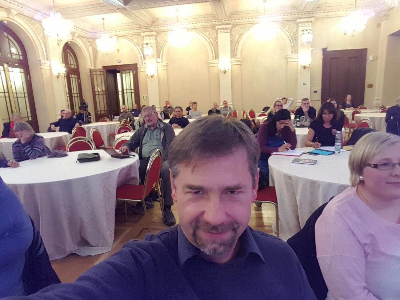 Pan Radek má rád creepy výrazy a Putina, naopak nesnáší USA a ilumináty. A taky šéfuje Bezpečnostnímu výboru.