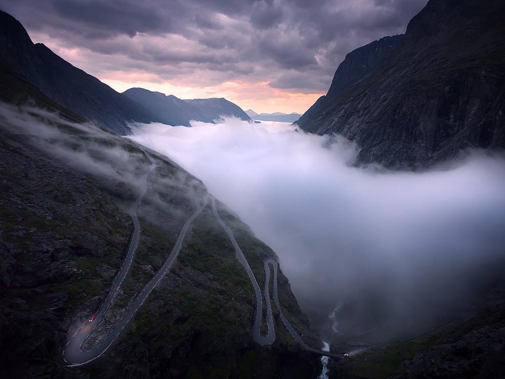 """""""Slavná klikatá silnice Trollsttigen v západním Norsku. V pozdním létě se údolí koupe v mlze."""""""