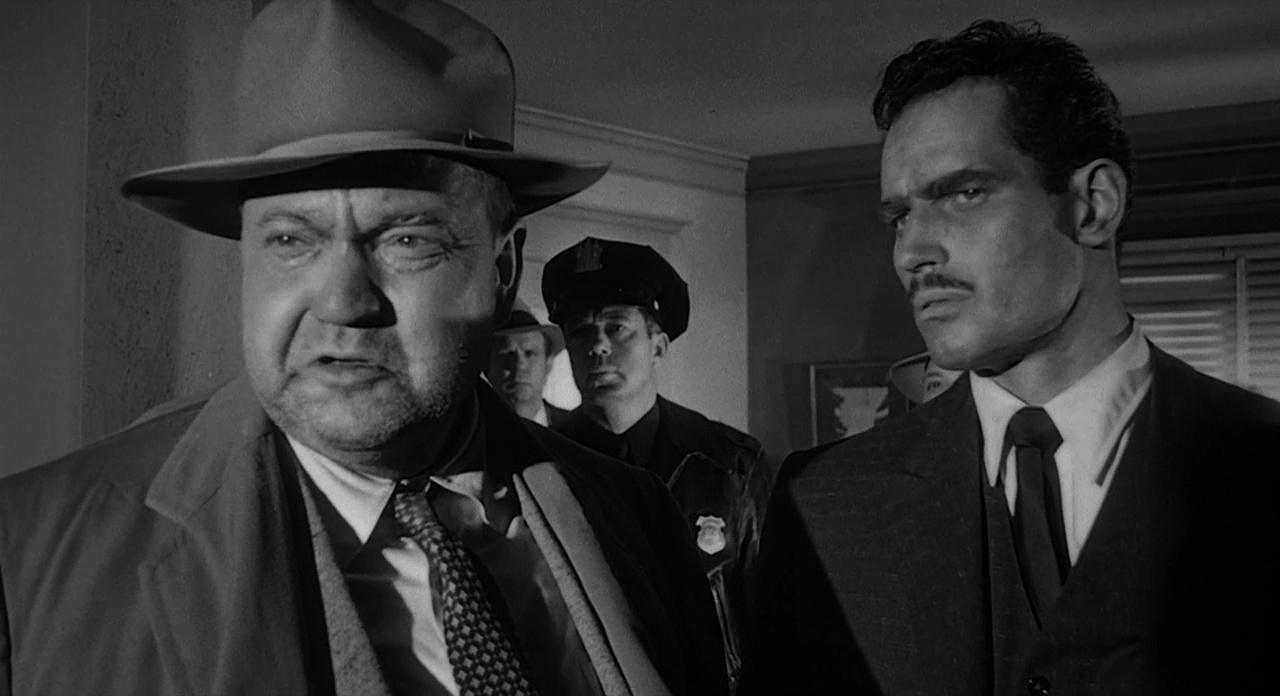Dotek zla - otylý zkorumpovaný Orson Welles a normálně plavovlasý Charlton Heston v unikátní roli mexického politika.