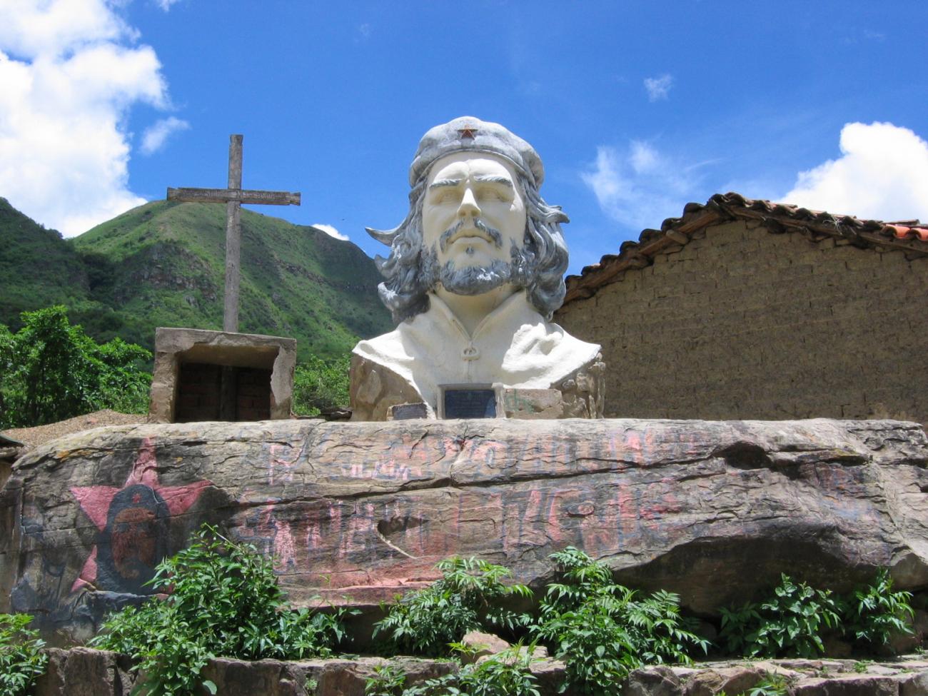 Teroristův památník v bolivijské vesnici La Higuera, kde byl za své zločiny popraven