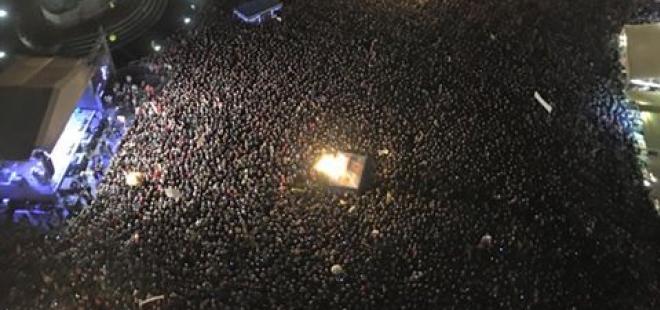 Přes deset tisíc lidí se sešlo 28. října na Staroměstském náměstí, aby sledovali přímý přenos z udílení vyznamenání a aby drželi palce Hůlkovi.