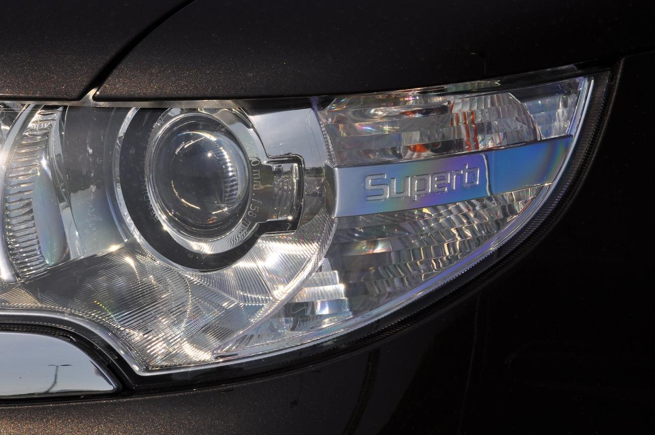 Superb svítí jako měsíc v úplňku: většina aut má bixenony, originál reflektor poznáte podle vyrytého loga modelové řady.
