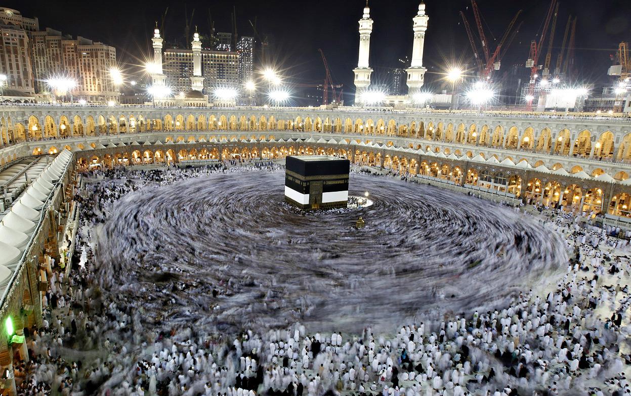 Svatyně Kaaba v Mekce a muslimové, kteří ji obcházejí (foceno velmi dlouhým časem)