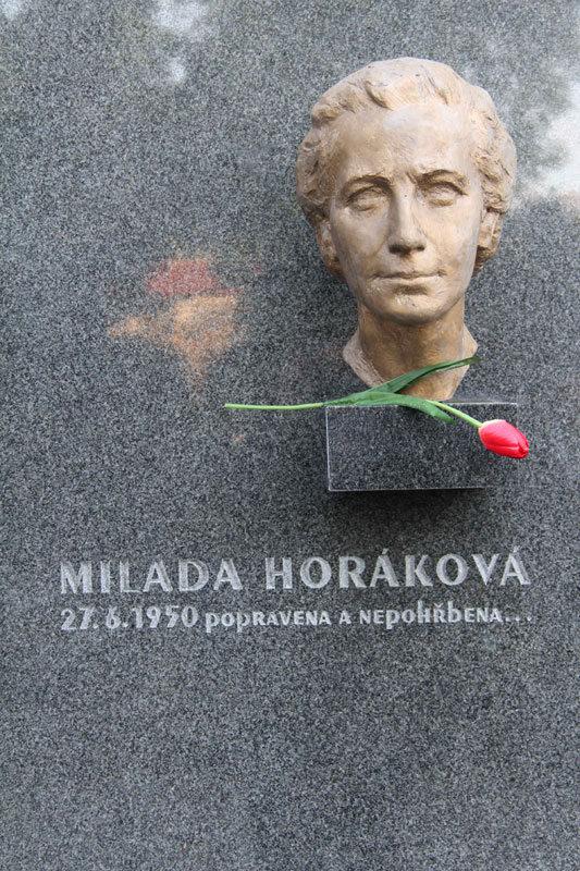 Symbolický hrob Milady Horákové na Vyšehradě. Kde skutečně leží její ostatky, nikdo neví...
