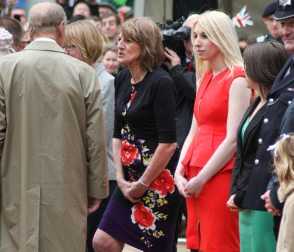 Žena v červených šatech na zip prince očividně zaujala.