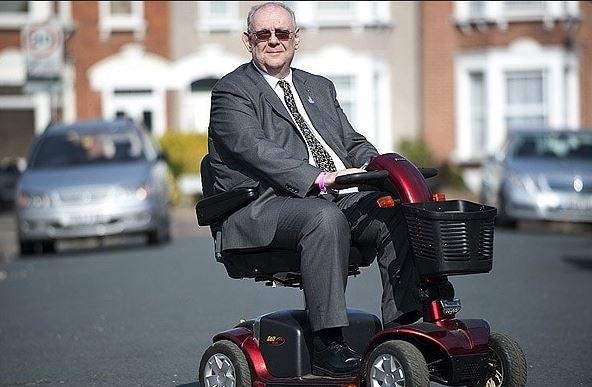 Invalidní David Miller prý na svém vozítku nikoho nesrazil. Nakonec ani prince za jeho 'nemístné' žertíky.
