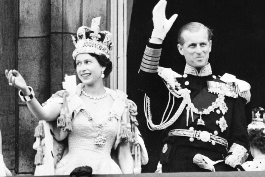 """Korunovace Alžběty II., jejíž královskou korunu nazval její manžel """"podivným kloboukem""""."""