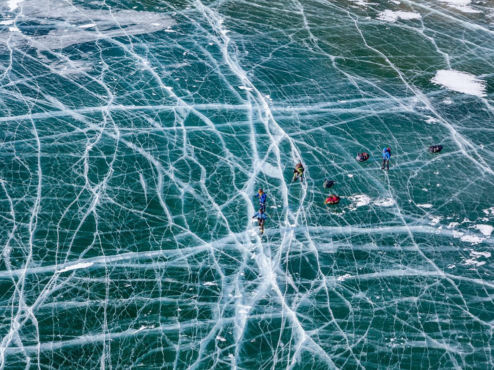 """""""Bajkal se v zimě stává největším kluzištěm na světě. Led je celý pokrytý trhlinami a připomíná pavučinu."""""""