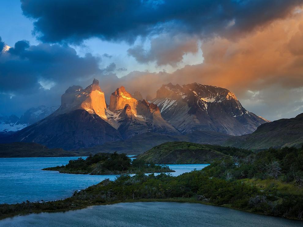 """""""Cuernos del Paine září v ranním světle v divokém národním parku Tores del Paine. Kdysi bylo oblíbeným místem několika horolezců, dnes park ročně přitáhne tisíce návštěvníků."""""""