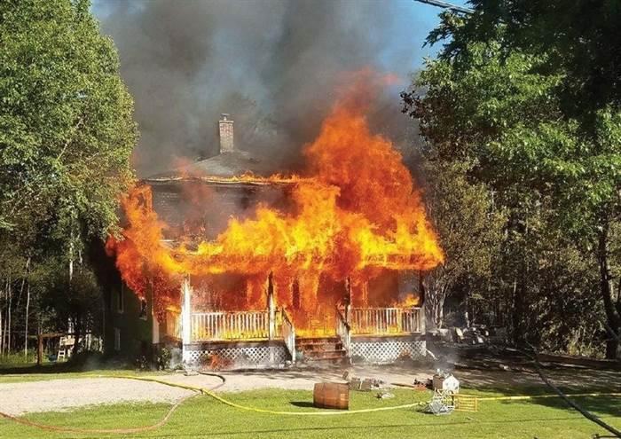 Redaktor časopisu Mladý pyroman zapálil svůj dům, aby měl o čem psát