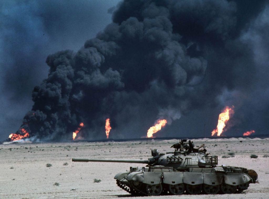 Zapalování ropných polí vedlo nejen ke zdražení ropy, ale i k zamoření ovzduší.
