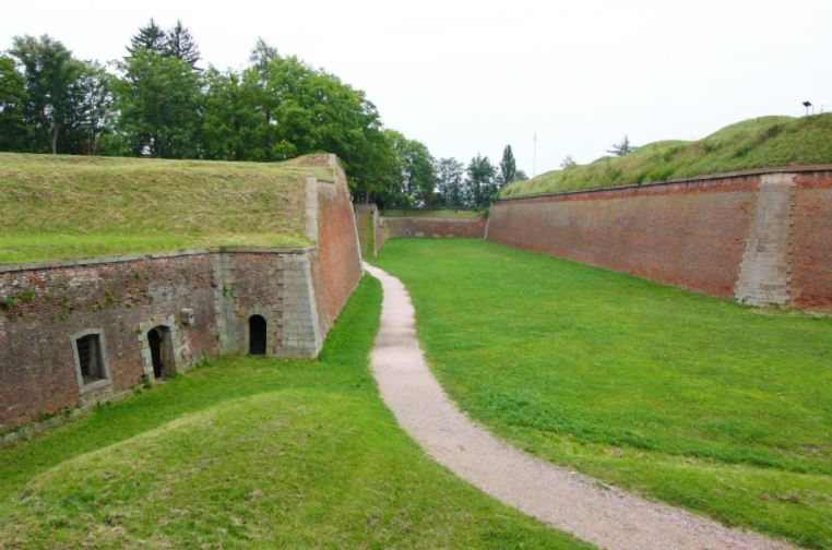 Pozůstatky barokní vojenské pevnosti Josefov, kde sloužil voják, jehož neopětovaná láska byla příčinou Viktorčina šílenství.