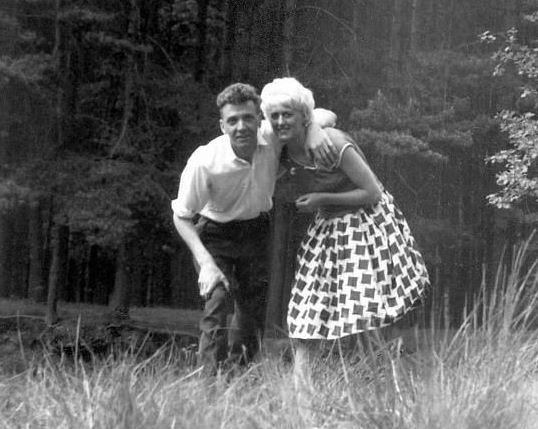 Brady s Hindleyovou se dokonce fotili na místech, kde poblíž močálů vraždili děti.