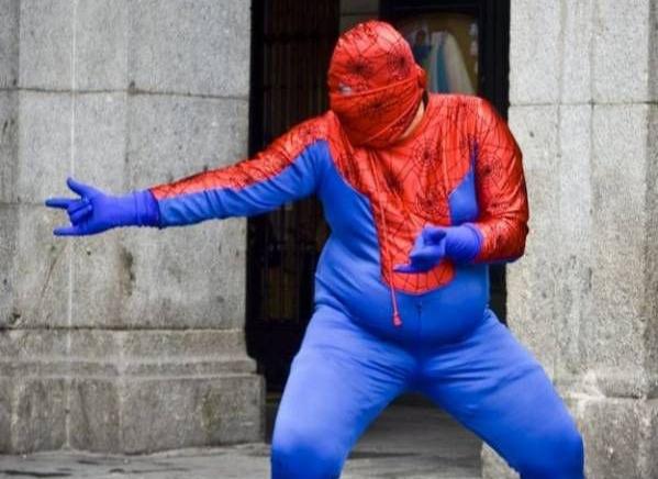 Miloš Zeman v převleku Spidermana sklidil u dětí v nemocnici velký úspěch